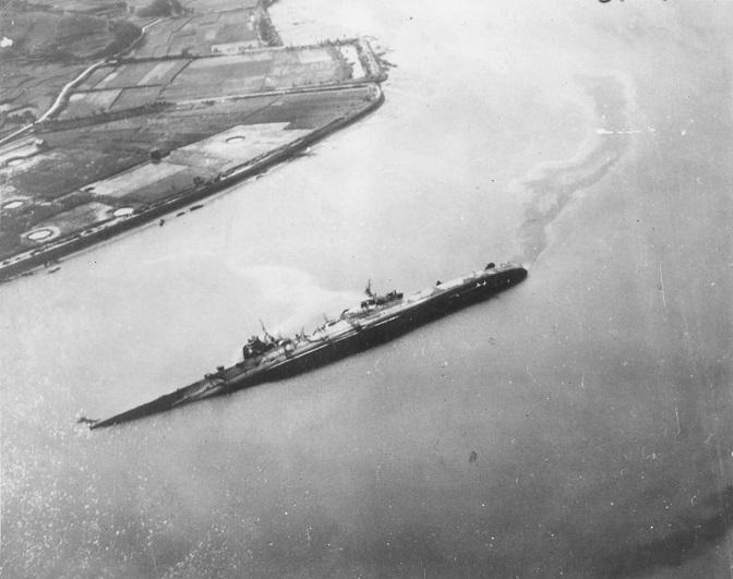 Oyodo_cruiser_capsized_19452.jpg